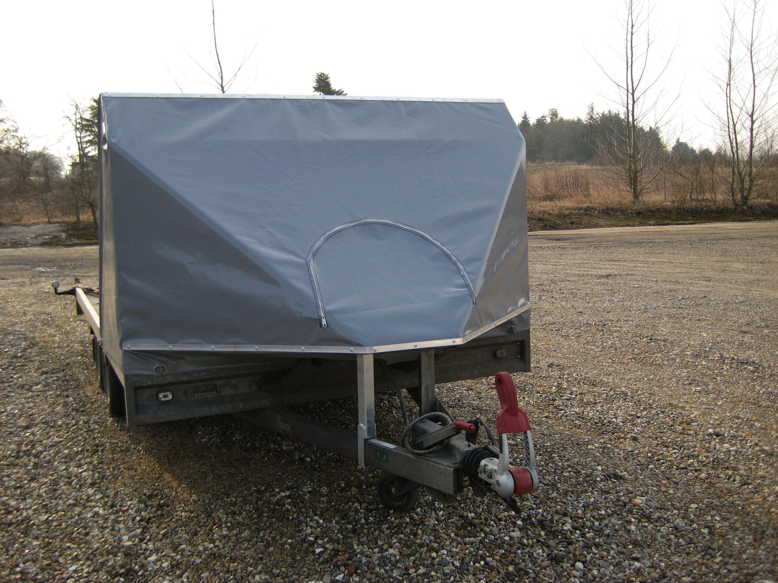 Flad trailer lige foran