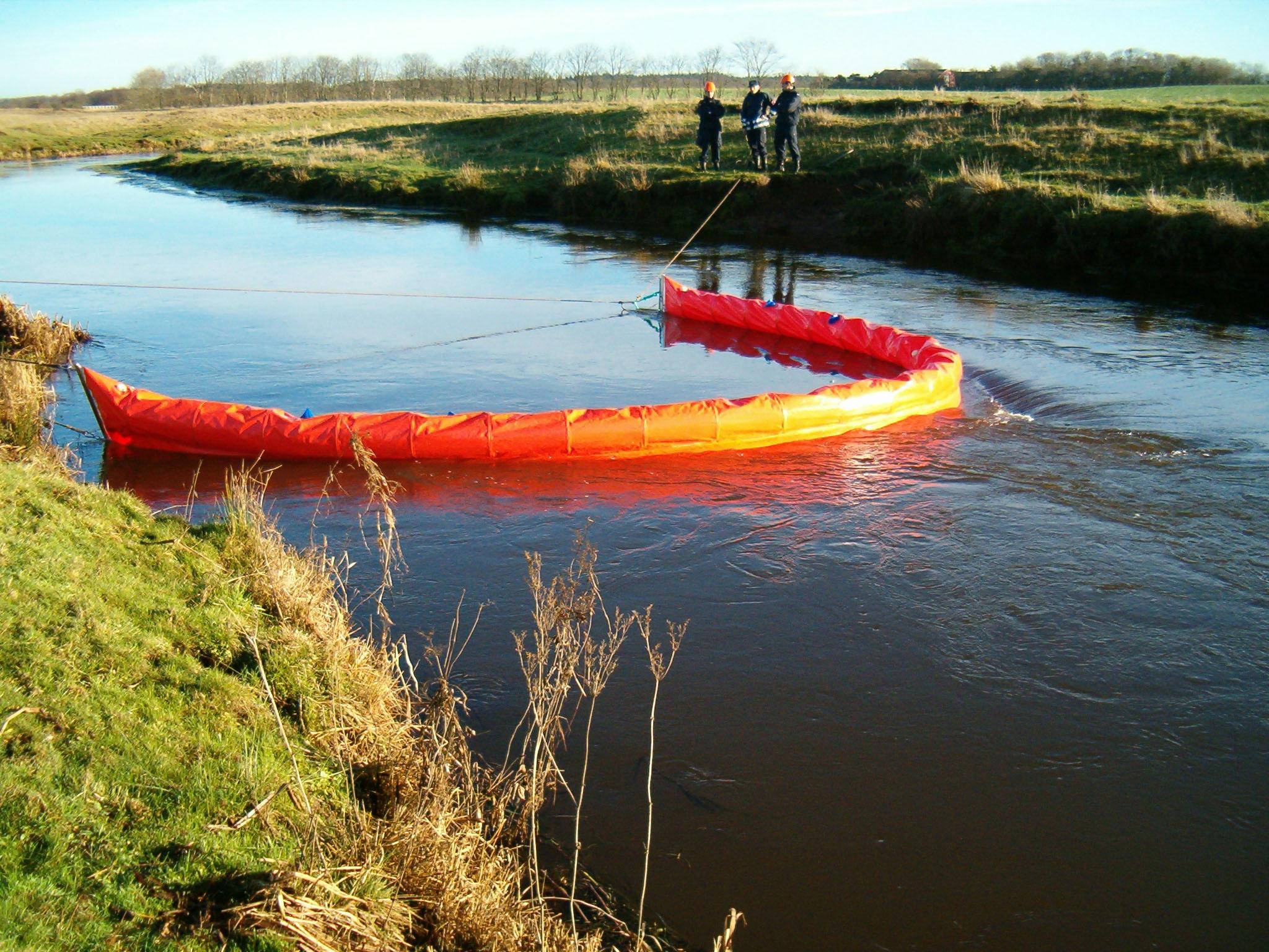 Flydespærring anvendes i en å