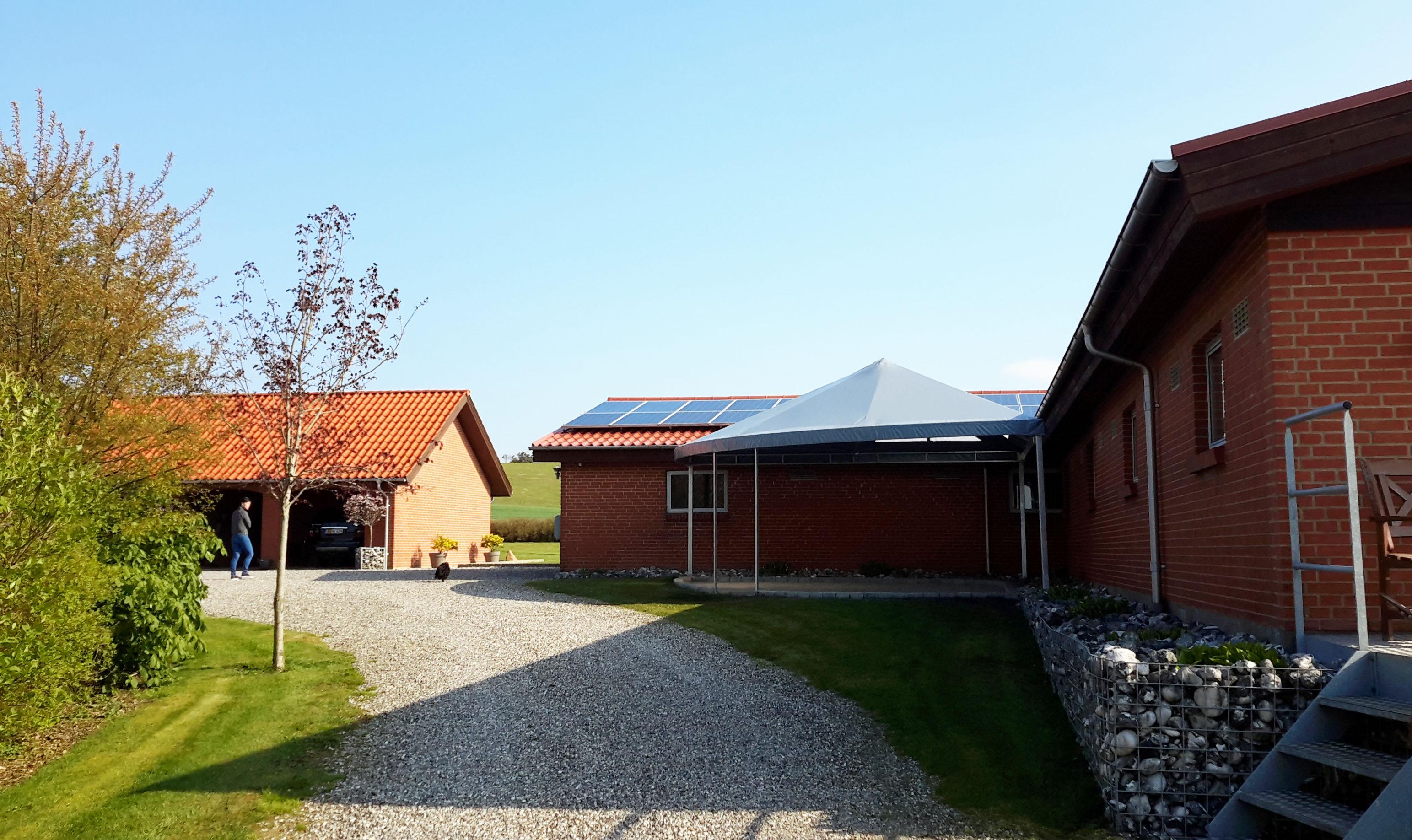 Terrasseoverdækning med jernkonstruktion - på afstand